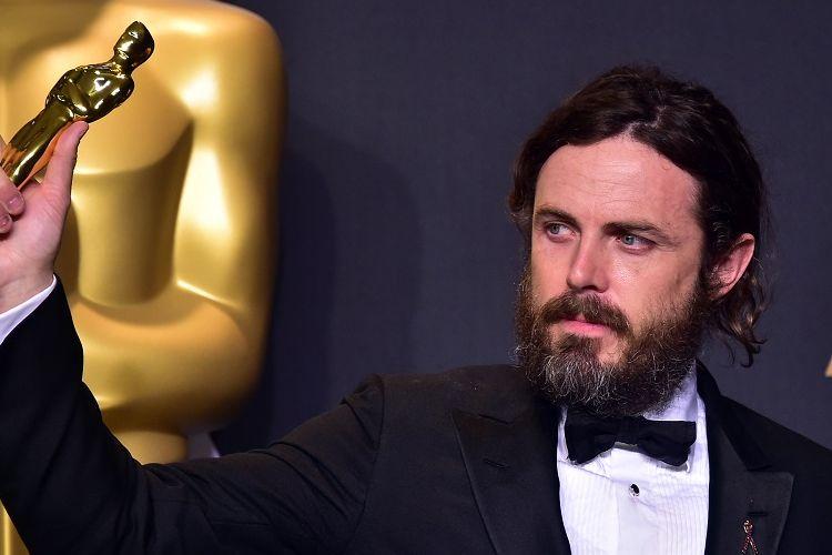 Casey Affleck memamerkan Piala Oscar Best Actor pada Academy Awards ke-89 di Hollywood, California, Minggu (26/2/2017).