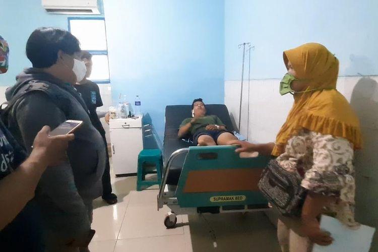 M Al Farizi Saputra (21) pemuda yang ditembak orang tak dikenal usai makan malam, masih dirawat di RS Abdul Moeloek, Jumat (15/5/2020). Al Farizi terkena tembakan di bagian leher.