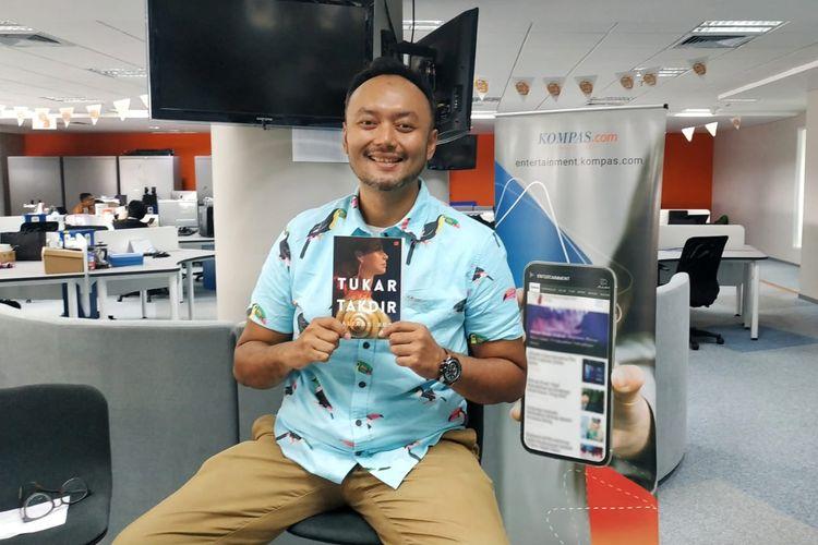 Penerbit GPU meluncurkan buku kumpulan cerpen terbaru karya Valiant Budi (Vabyo) berjudul Tukar Takdir. Vabyo berkesempatan mengunjungi Kompas.com (24/5/2019) untuk berbagi proses kreatifnya menulis buku terbarunya tersebut.