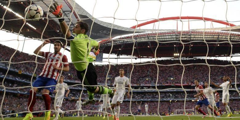 Kiper Real Madrid, Iker Casillas, terlambat mengantisipasi bola hasil sundulan bek Atletico Madrid, Diego Godin, pada menit ke-37 final Liga Champions, di Estadio da Luz, Lisabon, Sabtu (24/5/2014).