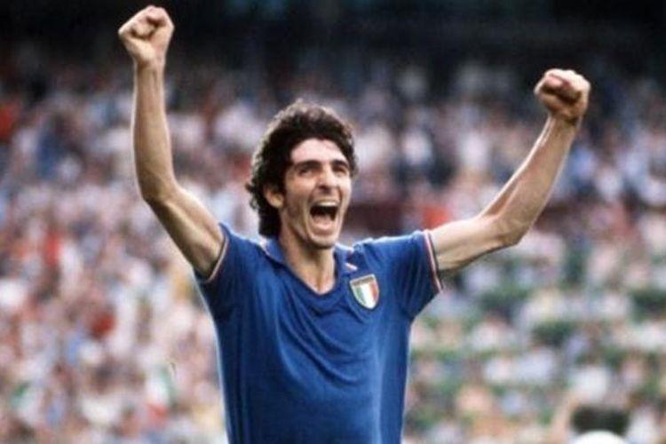 Bintang tim nasional Italia, Paolo Rossi, melakukan selebrasi setelah mencetak gol pembuka timnya ke gawang Jerman Barat (sekarang Jerman) pada final Piala Dunia 1982 (11 Juni). Italia menang 3-1 dan menjadi juara.