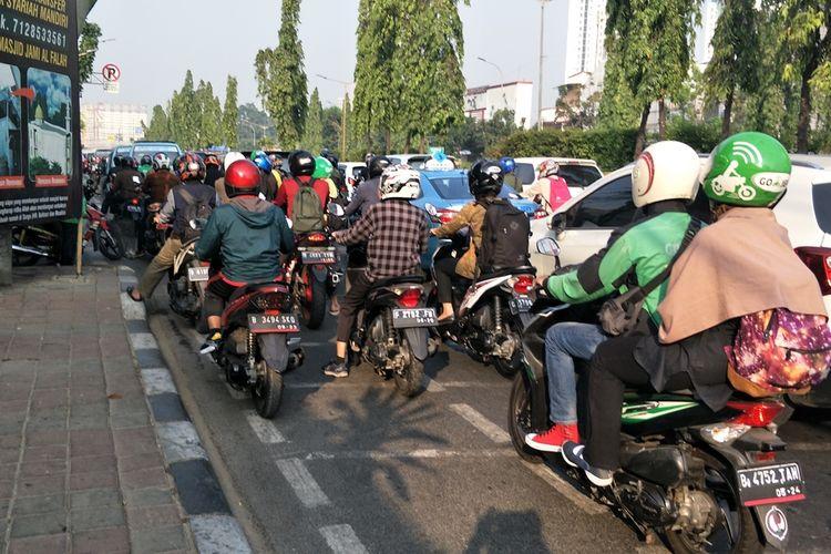 Jalur sepeda di Jalan Pramuka, Jakarta Timur, diserobot sepeda motor pada hari pertama uji coba fase satu jalur sepeda, Jumat (20/9/2019).(KOMPAS.COM/NURSITA SARI)