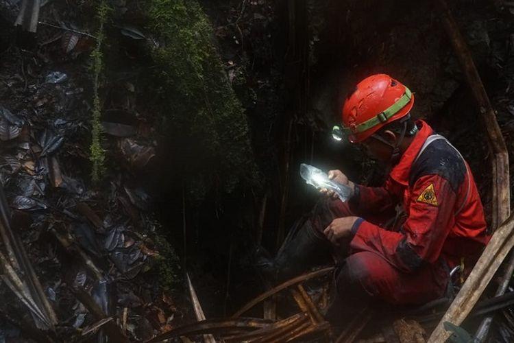 Penelusur gua Mapala UI menandai posisi mulut gua di kawasan karst Testega dengan alat Global Positioning Systems (GPS).