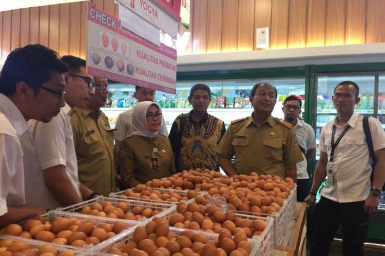Kepala Disperindag Jabar M Arifin Soedjayana (kedua dari kanan) saat memantau harga kebutuhan pokok masyarakat di salah satu pusat perbelanjaan di Bandung beberapa waktu lalu.