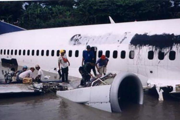 Mesin pesawat B737-300 Garuda Indonesia yang terendam di anak sungai Bengawan Solo dalam insiden GA421 pada 2002 lalu.