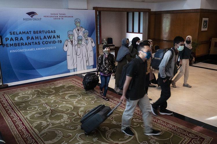 Calon relawan tenaga kesehatan bersiap mengikuti tes kesehatan seusai pendaftaran ulang di The Media Hotel and Towers, Gunung Sahari, Jakarta, Sabtu (18/4/2020). Kementerian Pertahanan merekrut relawan tenaga kesehatan yang nantinya diterjunkan membantu tim medis Gugus Tugas Percepatan Penanganan COVID-19. ANTARA FOTO/Dhemas Reviyanto/hp.