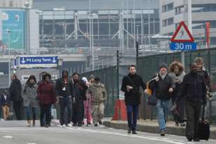 Penumpang pesawat dievakuasi dari Bandara Brussels di Zaventem, Belgia setelah dua ledakan bom yang terjadi pada Selasa (22/3/2016).