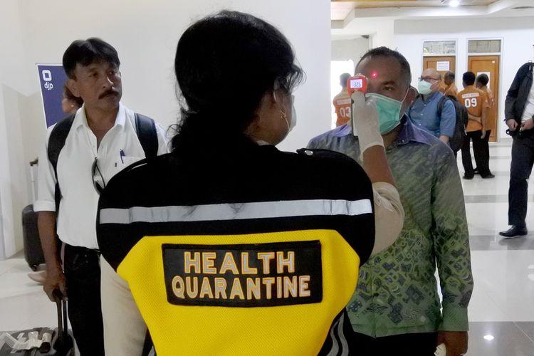 Seorang petugas Kantor Kesehatan Pelabuhan (KKP) memeriksa suhu tubuh penumpang pesawat yang baru turun di terminal kedatangan domestik bandara El Tari Kupang NTT, Rabu (04/03/20). KKP Tenau Kupang menambah satu unit alat pengukur suhu tubuh di bandara el Tari Kupang khusus di bagian kedatangan domestik setelah adanya pengumuman dua WNI di Jakarta positif terinfeksi virus corona. ANTARA FOTO/Kornelis Kaha/ama.