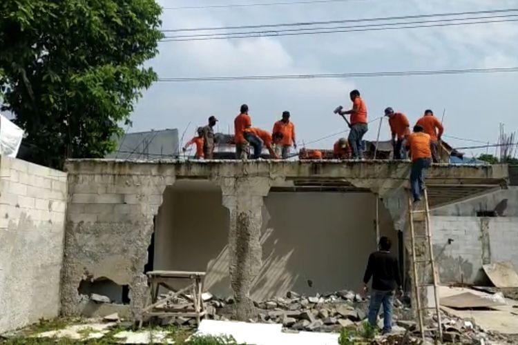 Petugas membongkar Sebuah bangunan rumah di Jalan Tegangan Tinggi PLN RT 011/RW 06, Kebagusan, Pasar Minggu, Jakarta Selatan oleh aparat gabungan pada Kamis (3/6/2021) pagi.