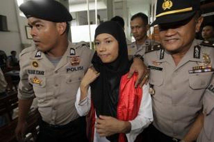 Terdakwa kasus kejahatan seksual di Jakarta International School (JIS), Afrischa hendak menjalani sidang perdana di Pengadilan Negeri Jakarta Selatan, Rabu (27/8/2014).