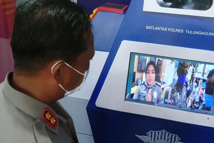Kapolres Tulungagung mencoba fasilitas pos digital yang baru saja diresmikan (06/04/2020).