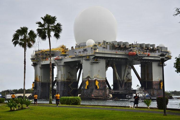 Dalam gambar, radar X-band (SBX 1) milik Amerika Serikat tengah dipasang di Pangkalan Gabungan Pearl Harbor-Hickam, Hawaii, pada 22 Maret 2013.