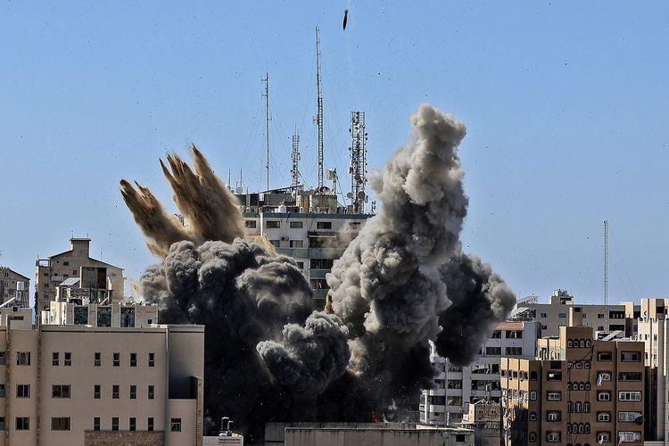 Serangan udara Israel meledakkan gedung yang dihuni kantor berita internasional termasuk Al Jazeera dan Associated Press pada Sabtu (15/5/2021) di Gaza.