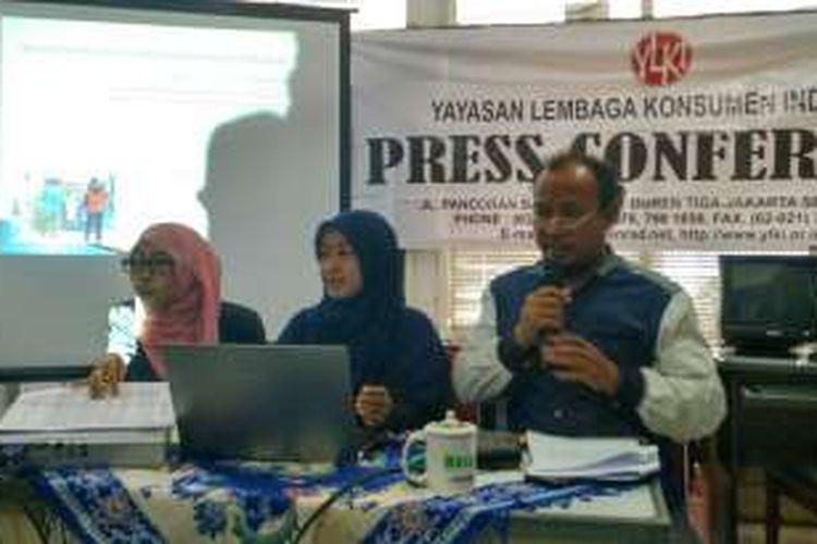 Yayasan Lembaga Konsumen Indonesia merilis hasil penelitian tentang efektivitas uji coba penerapan kantong plastik berbayar di Kantor YLKI, Duren Tiga, Jakarta Selatan, Rabu (13/4/2016).
