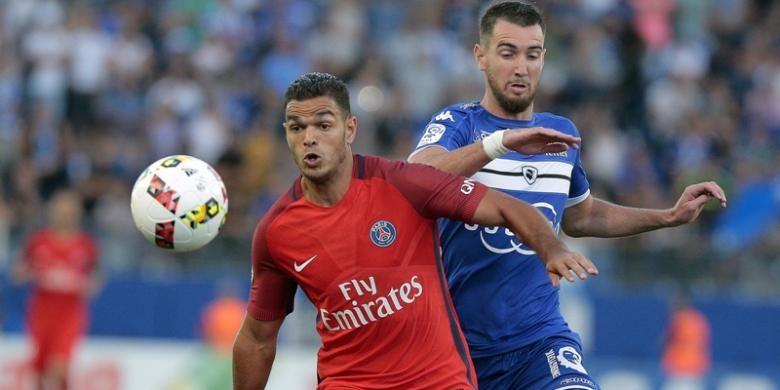 Penyerang Paris Saint-Germain, Hatem Ben Arfa (kiri) berduel dengan bek Bastia FC, Mathieu Peybernes, dalam pertandingan Ligue 1 di Stadion Armand Cesari, Bastua, Jumat (12/8/2016).