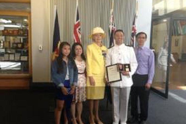 Nam Nguyen bersama keluarganya dan Gubernur Jenderal Australia Quentin Bryce