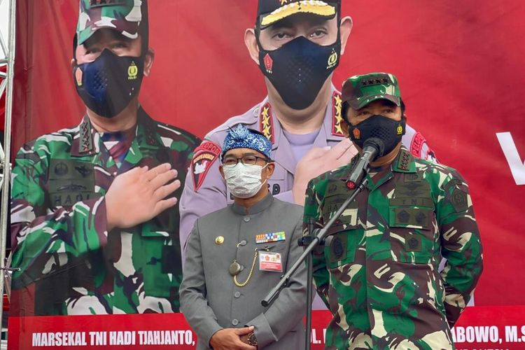 Panglima TNI Marsekal Hadi Tjahjanto saat meninjau pelaksanaan vaksinasi di Gedung Kahatex, Bandung, Jawa Barat, Kamis (5/8/2021).