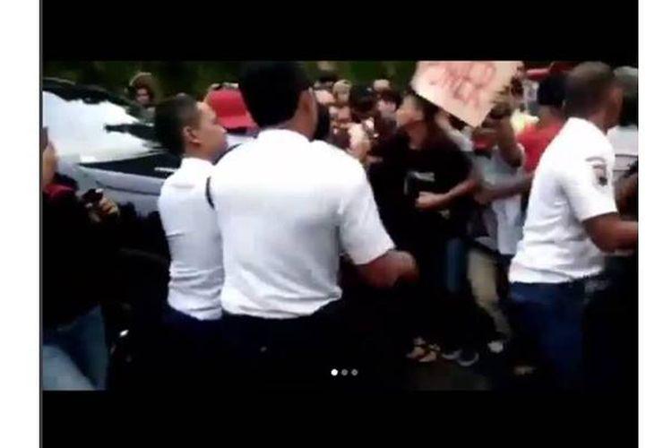 Sebuah video yang menunjukkan sejumlah mahasiswa Universitas Negeri Semarang (Unnes) Jawa Tengah mengadang mobil dinas rektor hingga ada mahasiswa dikabarkan terlindas saat aksi demonstrasi pada Kamis (7/6/2018), viral di media sosial.