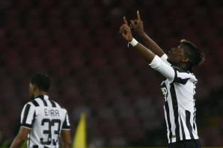 Gelandang Juventus Paul Pogba merayakan keberhasilannya mencetak gol ke gawang Napoli, pada pertandingan Serie-A, di San Paolo, Napoli, Minggu (11/1/2015). Juventus memenangi laga itu dengan skor 3-1.