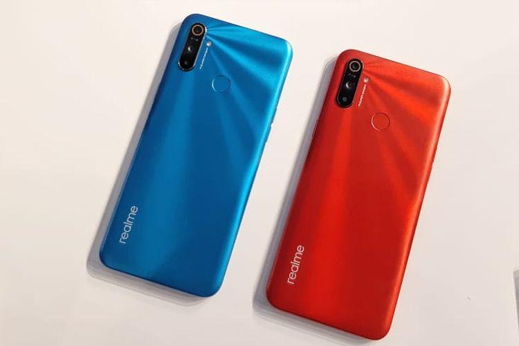 Realme C3 dengan dua varian warna biru dan merah.