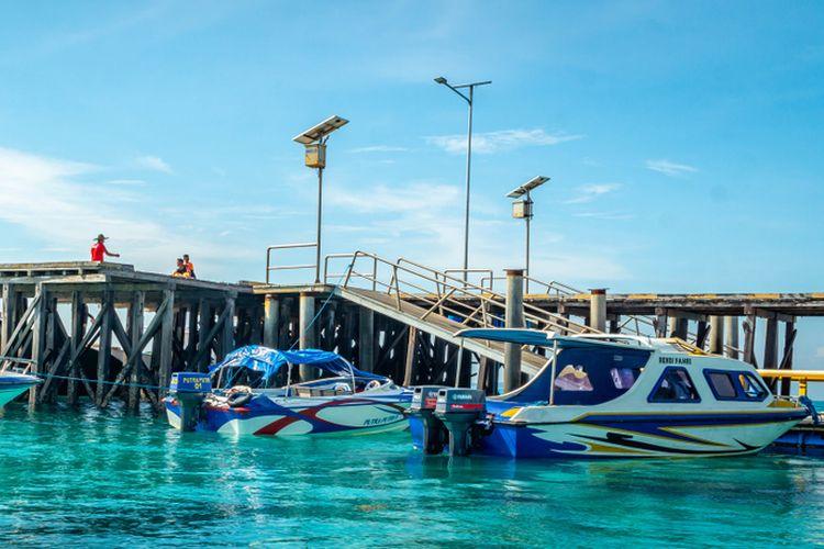 Island Hopping di Kepulauan Derawan Mengendarai Boat