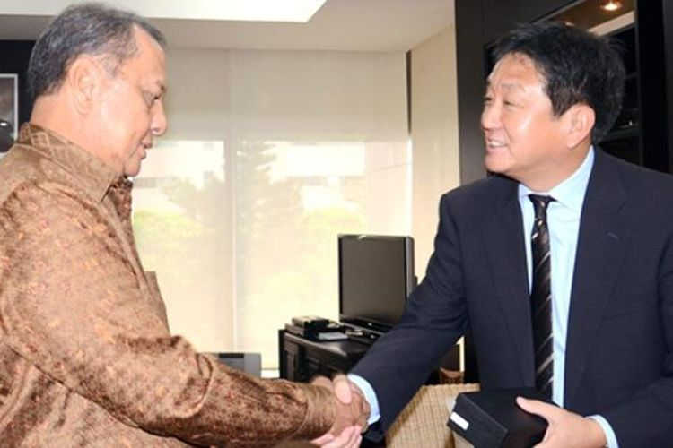 Menteri Perindustrian MS Hidayat (kiri) bersama Presiden Direktur TAM baru Hiroyuki Fukui.