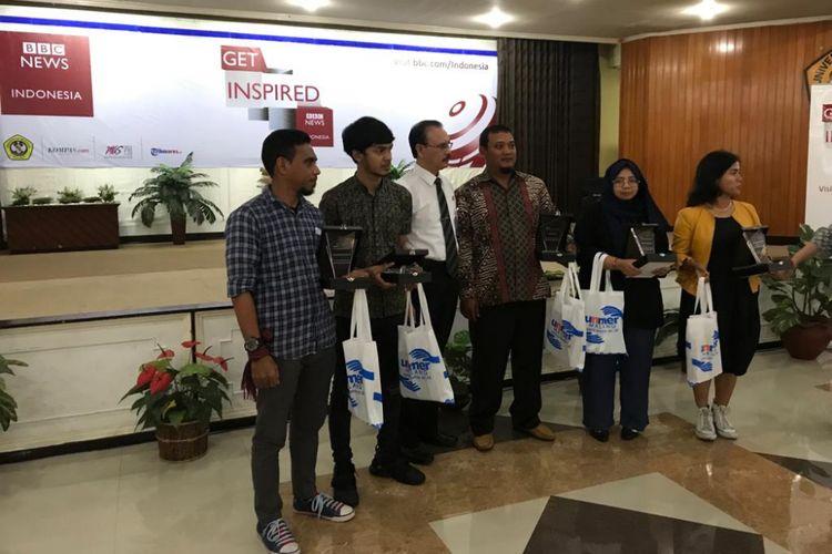 Bagas Suratman (tiga dari kanan) foto bersama dengan Rektor Universitas Merdeka Prof Dr Anwar Sanusi SE MSi (berdasi) dan anak muda inspiratif lainnya dalam acara roadshow BBC Get Inspired di Kampus Universitas Merdeka Malang, Kamis (4/2/2019).