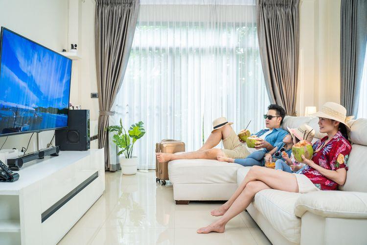 Ilustrasi menonton film di rumah.