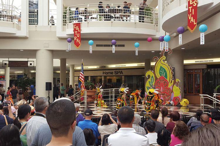 Tarian Indonesia tampil di Atrium Fashion Square Mall di Orlando, Amerika Serikat dalam pergelaran Asian Cultural Festival 2017 pada 27 Mei 2017.
