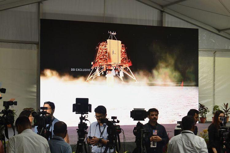 Wartawan India meliput perkembangan pendarat bulan Vikram dari fasilitas Organisasi Penelitian Antariksa India (ISRO) di Bangalore, 6 September 2019.