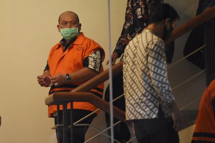 Bupati Kutai Timur Ismunandar mengenakan rompi tahanan usai menjalani pemeriksaan pasca terjaring Operasi Tangkap Tangan (OTT) di Gedung KPK, Jakarta, Jumat (3/7/2020). Dalam OTT itu KPK menahan tujuh tersangka yakni Bupati Kutai Timur Ismunandar, Ketua DPRD Kutai Timur Encek Unguria, Kadis PU Kutim Aswandini, Kepala Bapenda Kutim Musyaffa, Kepala BPKAD Kutim Suriansyah, serta pihak swasta Aditya Maharani dan Deky Aryanto dengan barang bukti uang tunai Rp170 juta, buku tabungan dengan saldo Rp4,8 miliar, dan sertifikat deposito Rp1,2 miliar dalam kasus dugaan korupsi pengerjaan infrastruktur di lngkungan Pemkab Kutai Timur tahun 2019-2020. ANTARA FOTO/Indrianto Eko Suwarso/pras.