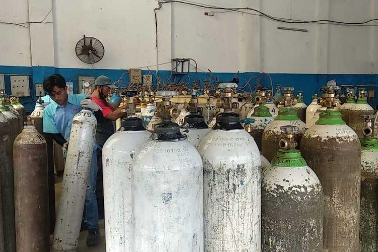Petugas pengisian tabung oksigen terlihat sangat sibuk memenuhi permintaan konsumen saat kondisi darurat Covid-19 dalam dua oekan terakhir di Kota Tasikmalaya, Rabu (30/6/2021).