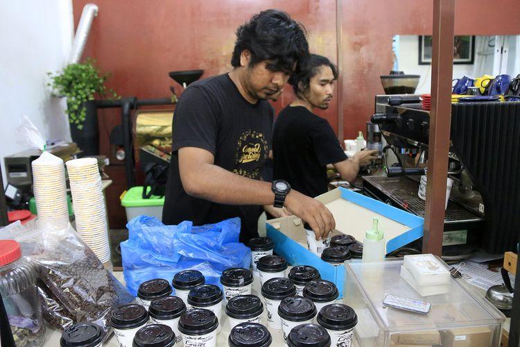 Danurfan, pengusaha warung lauser Kopi di Banda Aceh mendistribusikan kopi arabica secara geratis kepada tim medis di RSUZA , relawan BPB, Kodam IM dan Jurnalis yang meliput isu corona selama ini. Jumat (20/03/2020).
