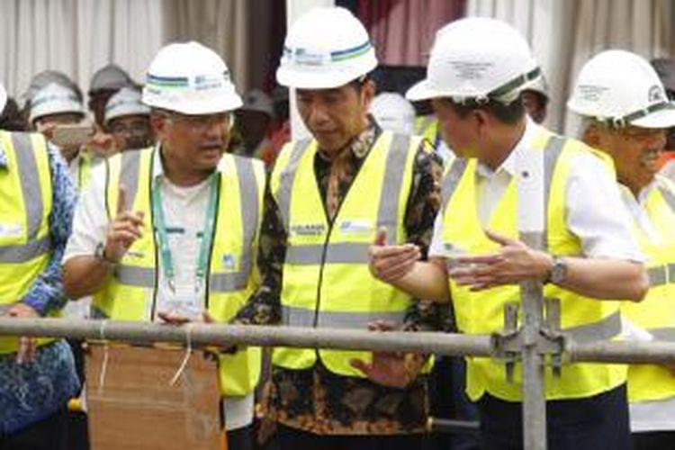 Presiden Joko Widodo didampingi sejumlah menteri memantau pengoperasian perdana mesin bor bawah tanah MRT di Bundaran Patung Pemuda Membangung, Senayan, Jakarta, Senin (21/9/2015).