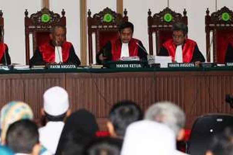 Majelis hakim memimpin persidangan keempat Basuki Tjahja Purnama (Ahok) dalam dugaan kasus penodaan agama di Auditorium Gedung Kementerian Pertanian, Jakarta Selatan, Selasa (3/1/2017). Persidangan kali ini beragendakan mendengar keterangan enam saksi dari pihak Jaksa Penuntut Umum (JPU).