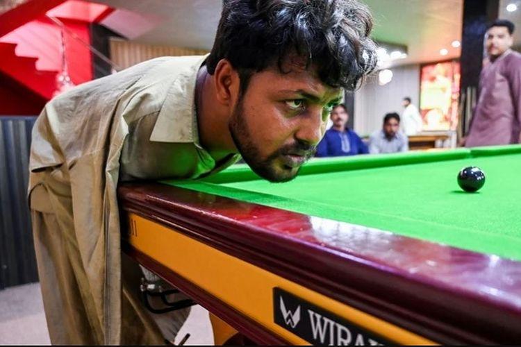 Muhammad Ikram (32) penyandang disabilitas tuna daksa (tidak memiliki 2 tangan), menjadi satu-satunya pemain biliar tanpa lengan yang mahir di Pakistan.