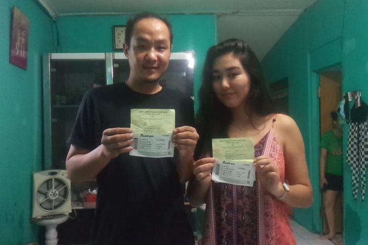 Edo Junaidi (35) dan pujaan hatinya Kurbanbaeva Aiperi (19) yang merupakan warga negara Kyrgyzstan menunjukkan paspor, Rabu (6/5/2020). Selama lockdown, Aiperi tinggal di rumah Edi di Kelurahan Sukaraja.