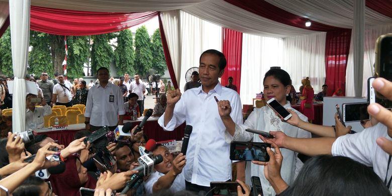 Jokowi didampingi istri, Iriana Jokowi, mencoblos di Tempat Pemungutan Suara (TPS) 008 yang terletak di pelataran gedung Lembaga Administrasi Negara, Kelurahan Gambir, Kecamatan Gambir, Jakarta Pusat.