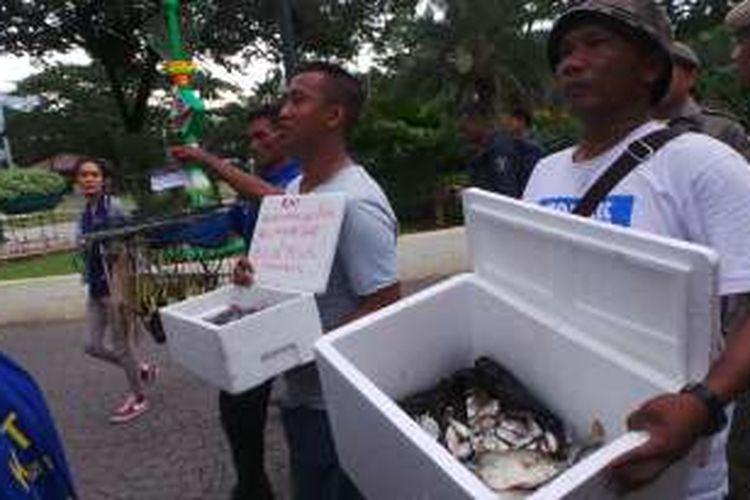 Perwakilan nelayan yang berasal dari Komunitas Nelayan Tradisional (KNT) membawa ikan kepada Gubernur DKI Jakarta Basuki Tjahaja Purnama atau Ahok di Balai Kota, Selasa (19/4/2016).