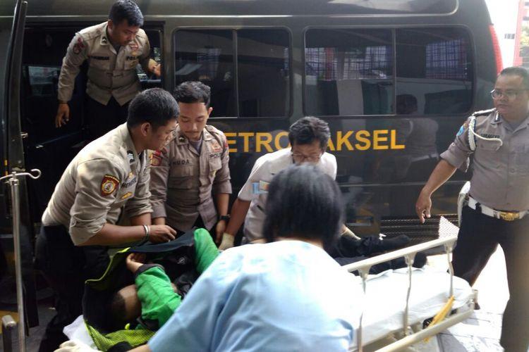 Pengemudi Go-Jek yang pingsan di depan Gereja HKBP Sudirman, Jakarta Selatan dilarikan ke RS Siloam, Jumat (15/9/2017).