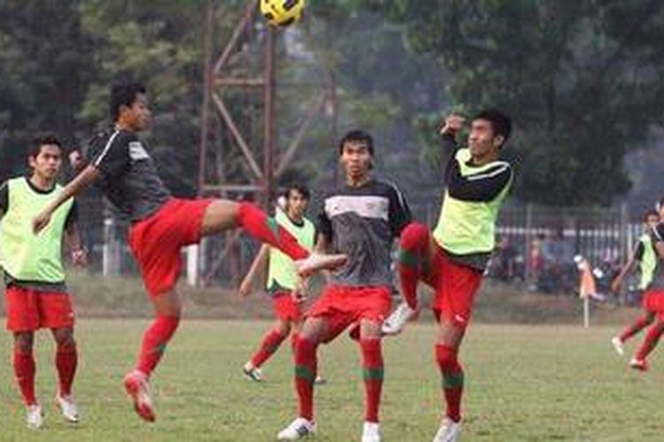 Tim nasional sepak bola U-23 saat berlatih di Lapangan PSSI, Senayan, Jakarta, Rabu (25/7/2012). Untuk persiapan SEA Games 2013, timnas U-23 belum berlatih karena SK belum turun.