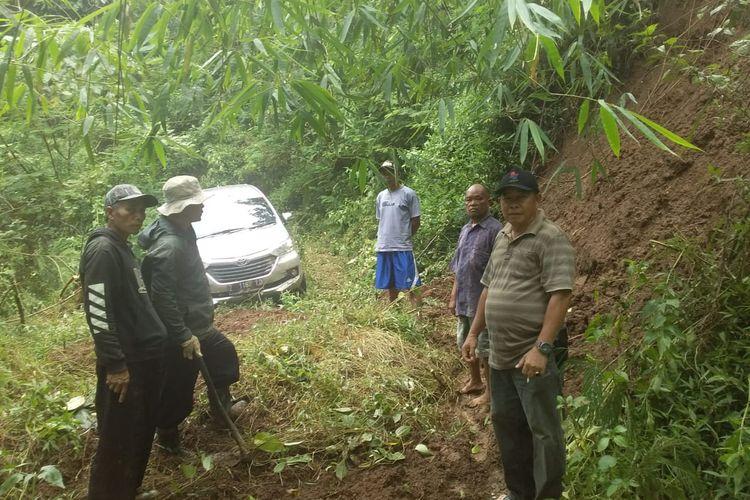 Mobil Avanza dengan nomor polisi Z 1167 LD, yang tersesat di <a href='https://mataram.tribunnews.com/tag/hutan-gunung-putri' title='hutanGunungPutri'>hutanGunungPutri</a> Majalengka Jawa Barat.