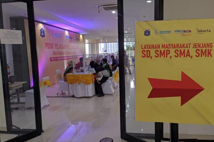Posko PPDB Dinas Pendidikan DKI Jakarta sepi pengunjung pada Selasa, (15/6/2021)