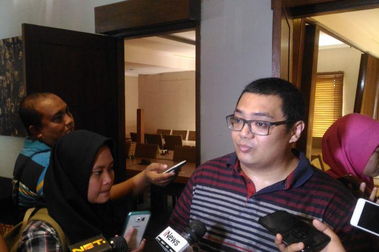 Direktur Eksekutif lembaga survei Median Rico Marbun saat memaparkan hasil survei di Cikini, Jakarta Pusat, Selasa (27/11/2018).