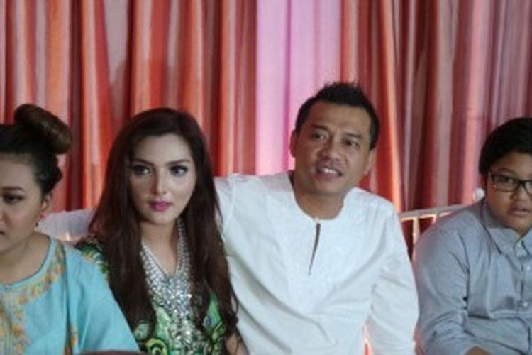 Anang Hermansyah dan Ashanty (tengah) didampingi Titania Aurelie Nurhermansyah dan Azriel Akbar Hermansyah