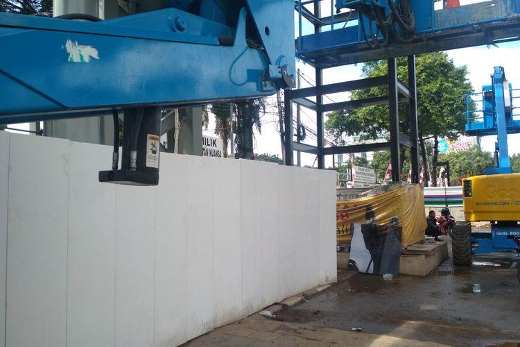 Kondisi terkini (Selasa, 03/01/2019), lift JPO Bundaran Senayan yang menyulitkan pejalan kaki pa