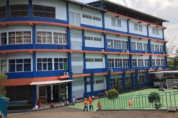 Suasana sekolah SD Bina Kheir di Depok, Jawa Barat, Selasa (3/3/2020) berjalan seperti biasa pasca-diumumkan dua warga Depok terjangkit virus corona. Siswa-siswa terlihat antusias melaksanakan kegiatan belajar mengajar.