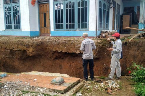 Tim PVMBG Menyelidiki Bencana Tanah Bergerak di Kaki Gunung Beser Sukabumi