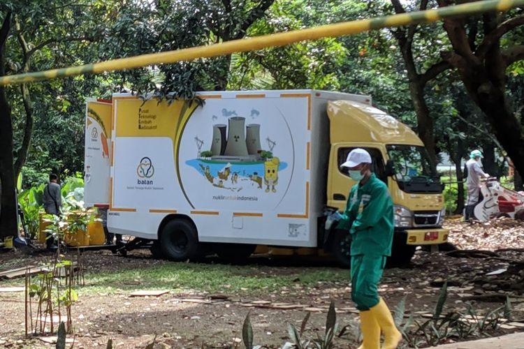 Petugas pembersih zat radioaktif di Perumahan Batan Indah Tangerang Selatan, Minggu (16/2/2020).