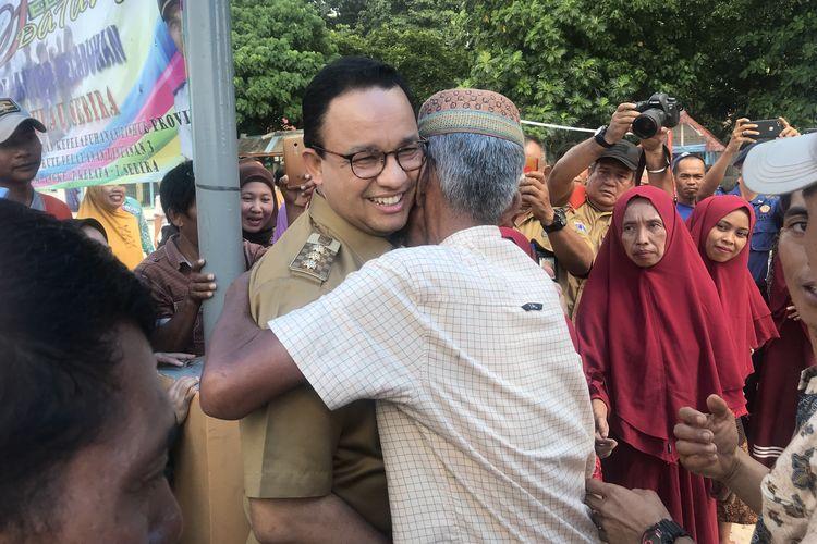 Seorang warga Pulau Sebira memeluk Gubernur DKI Jakarta Anies Baswedan, Selasa (16/4/2019). Kunjungan Anies adalah kunjungan kedua Gubernur DKI Jakarta ke Pulau Sebira setelah sebelumnya pulau ini dikunjungi Gubernur DKI Jakarta Wiyogo Atmodarminto pada tahun 1985.